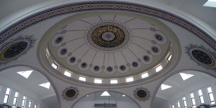 Dünyadaki onlarca camiyi hat sanatıyla süslüyor