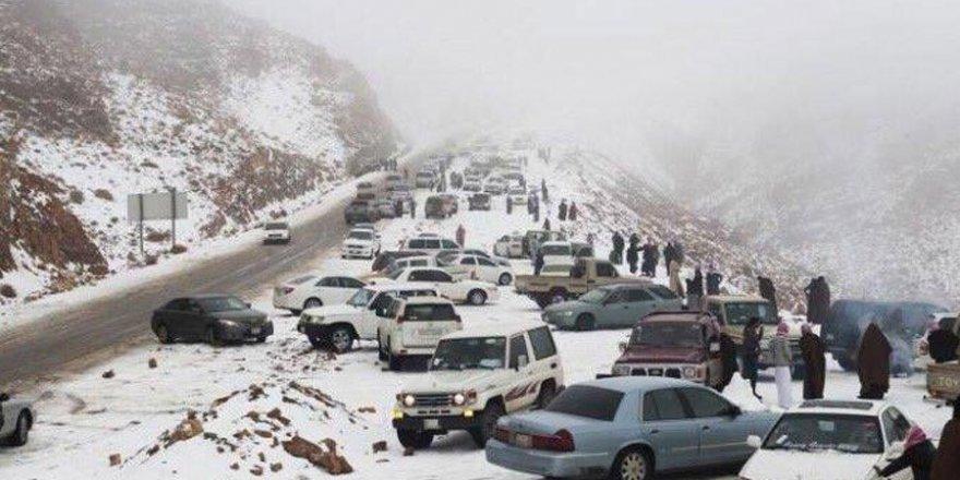 Suudi Arabistan'a kar yağdırıldı