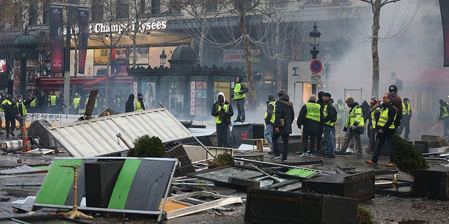 Fransa'daki gösterilerde 242 kişi gözaltına alındı