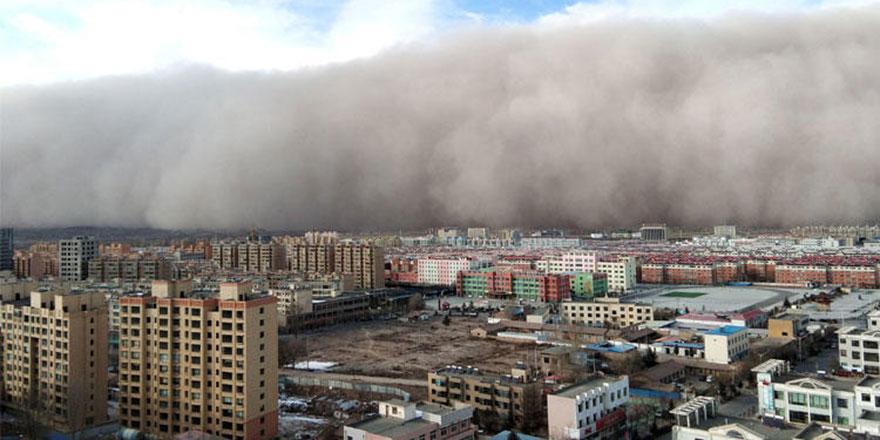 Çin'deki kum fırtınası 100 metre yükselerek şehri sardı