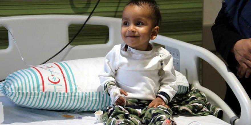 Afgan çocuk Türkiye'de sağlığına kavuştu