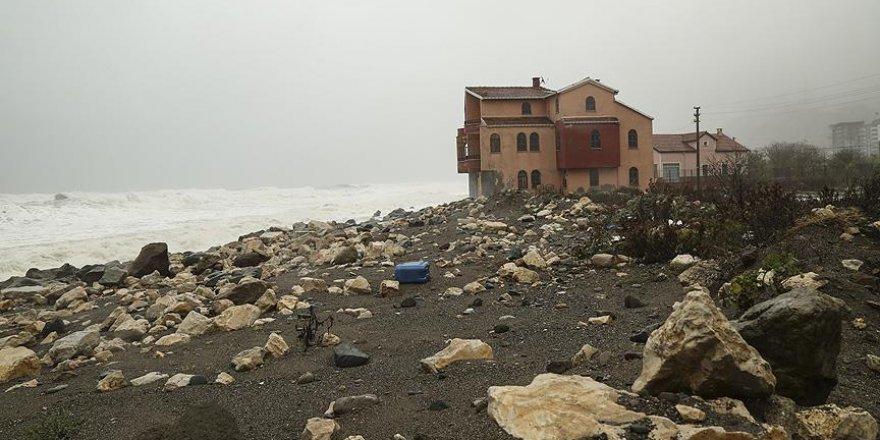 Hızı 90 kilometreye ulaşan rüzgar sahil şeridini vurdu