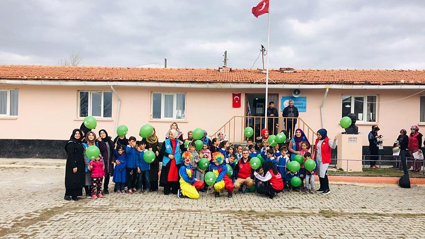 Üniversite öğrencileri köyde yaşayan çocukları sevindirdi