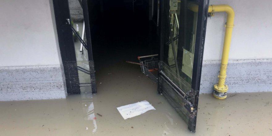 Edirne'de sel mağdurları ekmeğe ulaşmak için olta attı