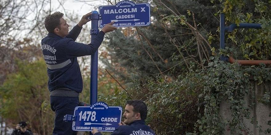 ABD Büyükelçiliği'nin bulunduğu caddeye 'Malcolm X' tabelası asıldı