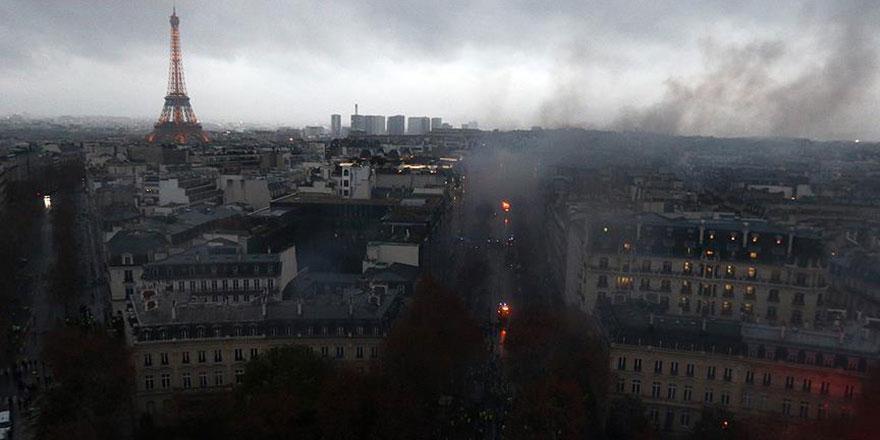 Paris'te göstericiler ambulans yaktı