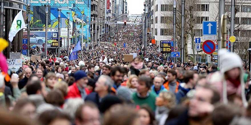 Almanya'da karşı protesto, aşırı sağcıları vazgeçirdi