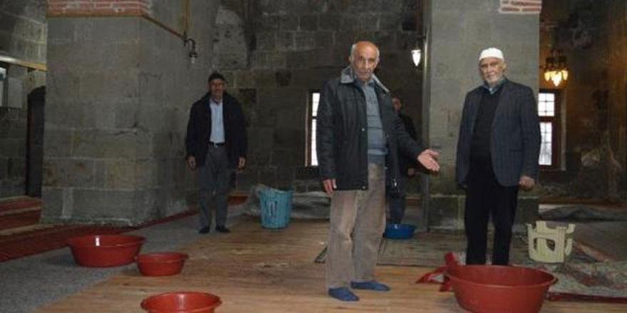 Tarihi camilerin çatıları restore edildikten sonra akmaya başladı
