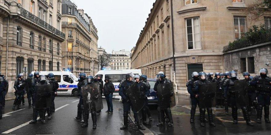 Fransa adeta savaşa hazırlanıyor