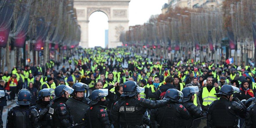 Fransa'da polisin gösterilere müdahalesi başladı