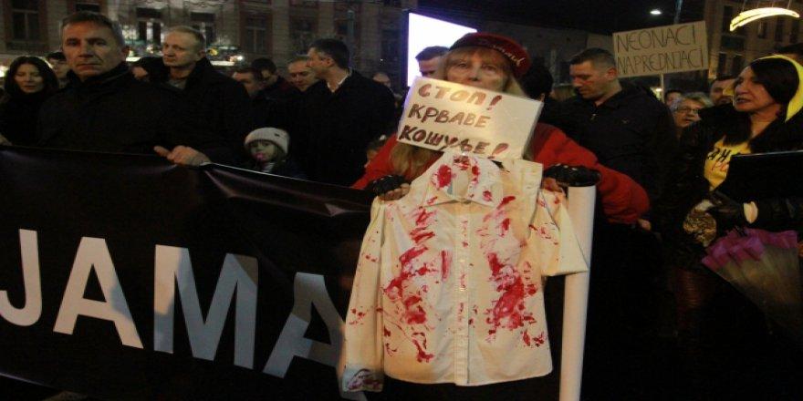 Sırbistan'da yüzlerce kişi sokağa indi