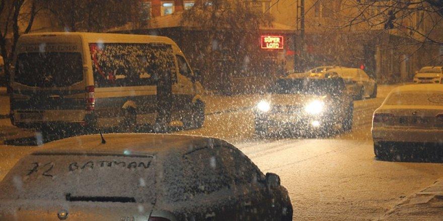 Ardahan'a kar yağdırıldı, sokaklar beyaza büründü