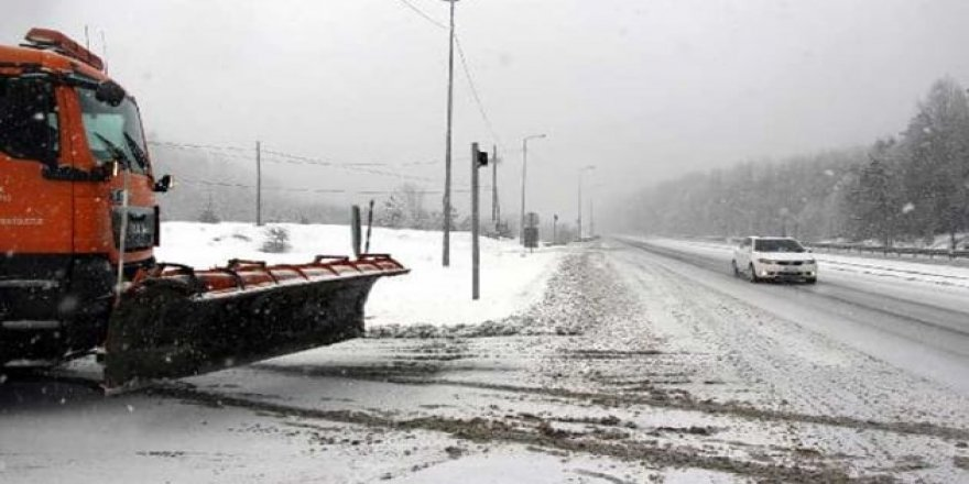 Bolu Dağı'nda ulaşıma kar yağışı engeli