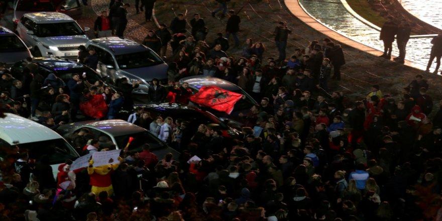 Arnavutluk'ta binlerce öğrenciden harç protestosu