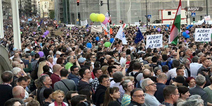Macaristan'daki gösterilerin nedeni 'fazla mesai'