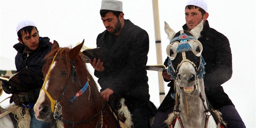 '1001 Hatim' geleneği at üzerinde başladı