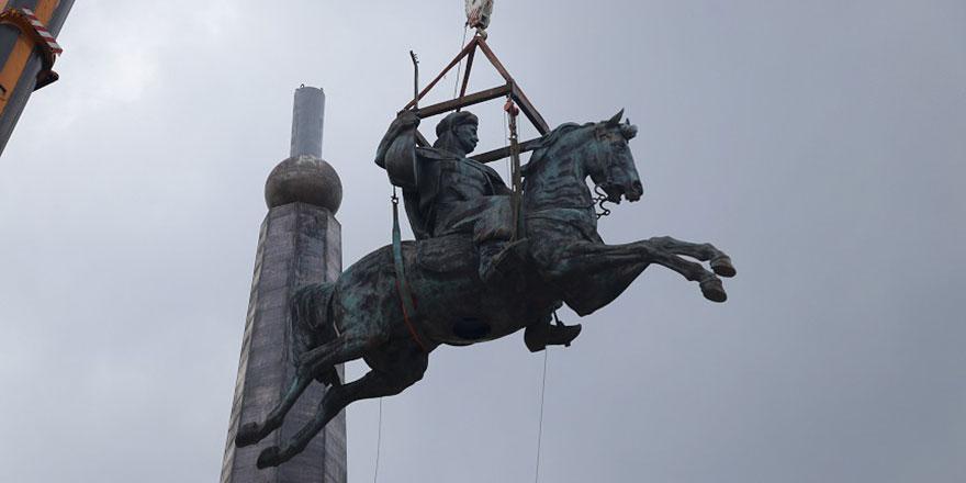 Bolu'nun bütün dertleri çözülmüştür: 70 metrelik Köroğlu heykeli dikildi!