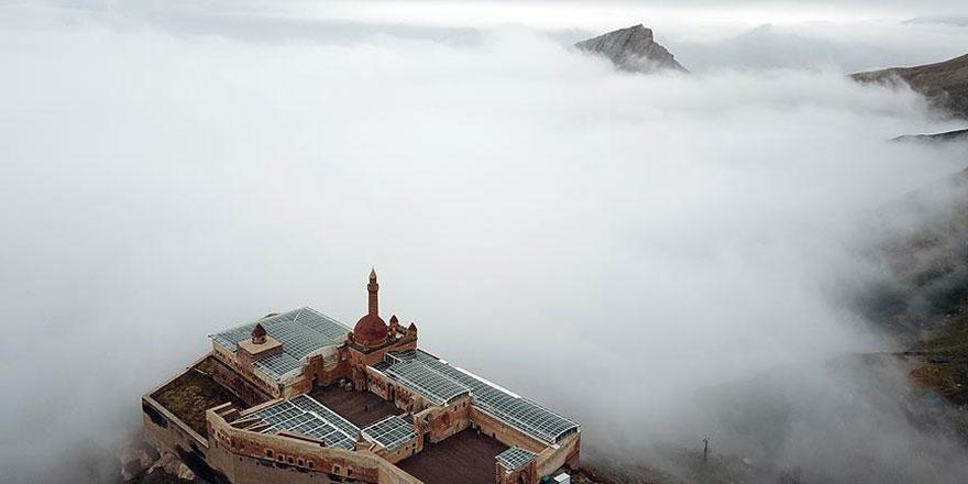 İshak Paşa Sarayı sisler içinde de güzel