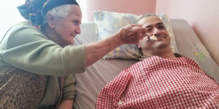 Fedakar annesiyle 46 yıldır el ele mücadele veriyor