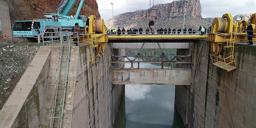 Dicle Barajı'nda kopan kapağın montajına başlandı