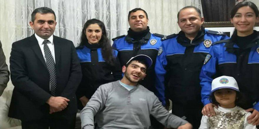 Kahramanmaraş polisinden engelli Atakan'a doğum günü sürprizi