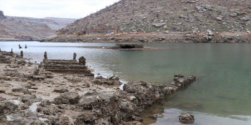 Su seviyesi düşen baraj gölünde yerleşim yerleri ortaya çıktı