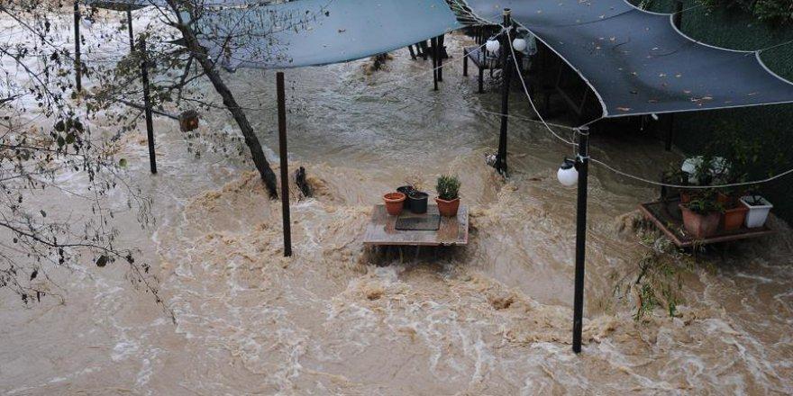 Yalova'da seralar sağanak yağmur ile bozuldu