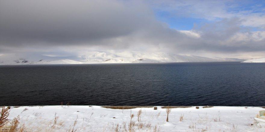 """Türkiye'nin en yüksek göllerinden """"Balık Gölü"""" beyaza büründü"""