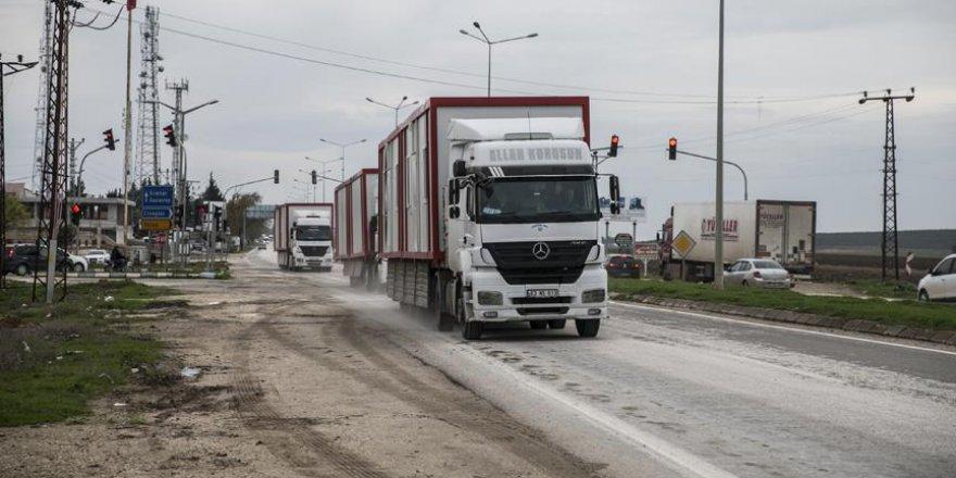 Suriye sınırına iş makinesi ve konteyner sevkiyatı