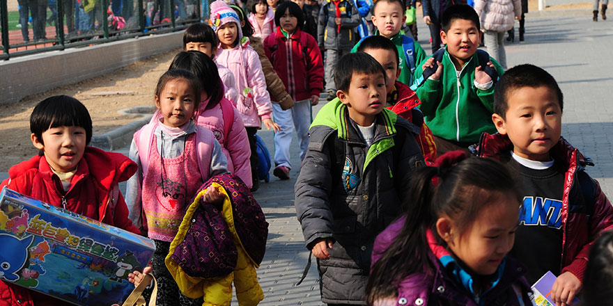 Çin'de öğrenciler çipli üniformayla takip ediliyor