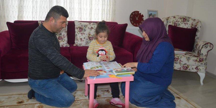 Skolyoz hastası kızlarının tedavisi için yardım bekliyorlar