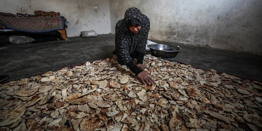Gazze'de büyük dram: Ekmek satarak ailesini geçindiriyor