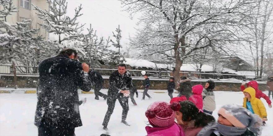 Kaymakam, çocuklarla kar topu oynadı