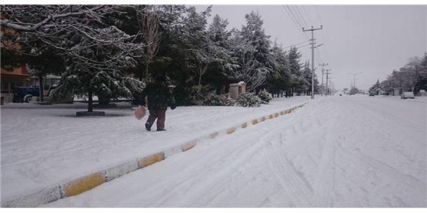 Burdur'da yerde örtü bırakan kar sevince neden oldu