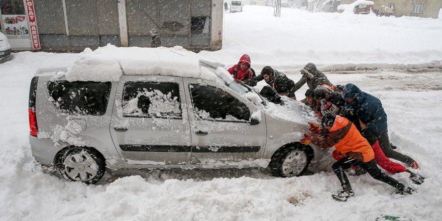 Yüksekova'da kar kalınlığı yarım metreyi geçti