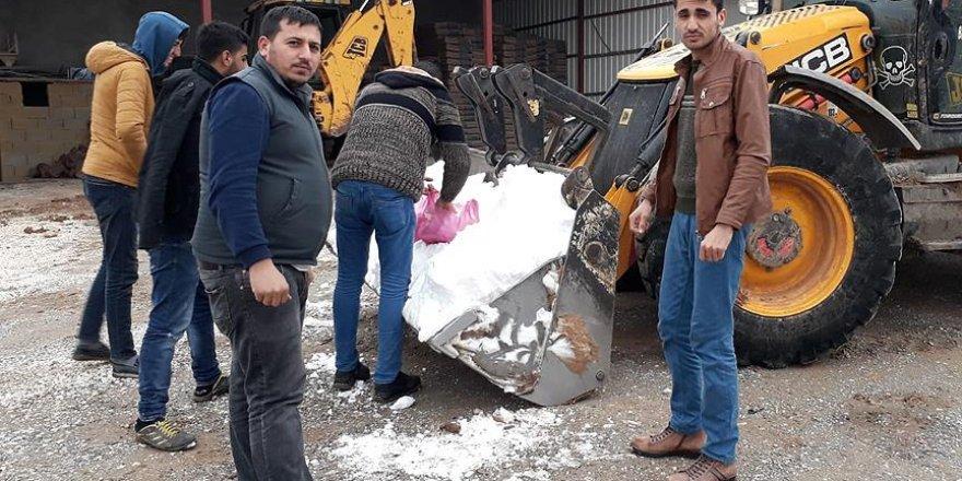 8 yıldır kar yağmayan köye kepçeyle kar taşıdılar