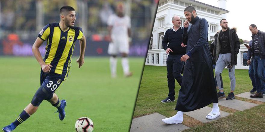 Fenerbahçeli futbolcu cübbesi ve misvakı ile Cuma namazında