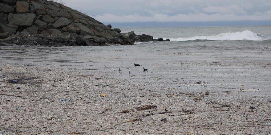 Rize'de etkili olan fırtına deniz kirliliğini gözler önüne serdi
