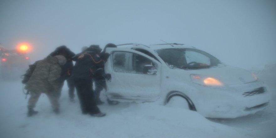 Muş'ta ekiplerin hummalı kar çalışması