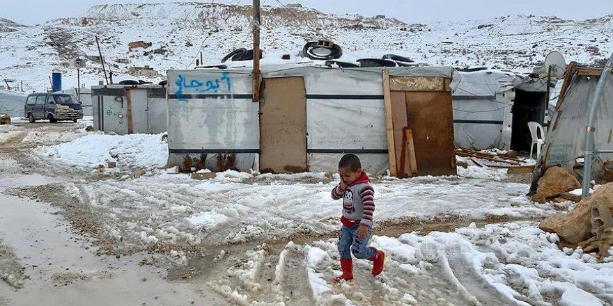 Lübnan'a sığınan Suriyelilerin soğukla mücadelesi
