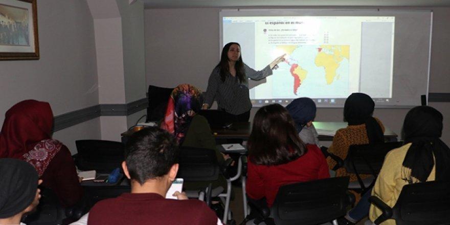 İstanbul'da ücretsiz 12 dilde eğitim