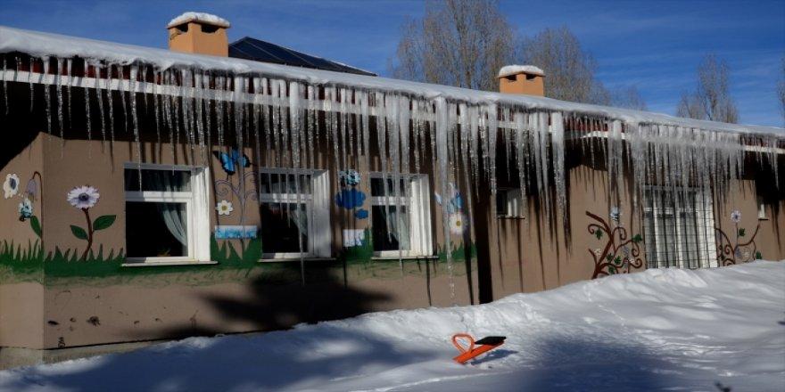 Kars'ta kar yığınları kamyonlarla taşınıyor