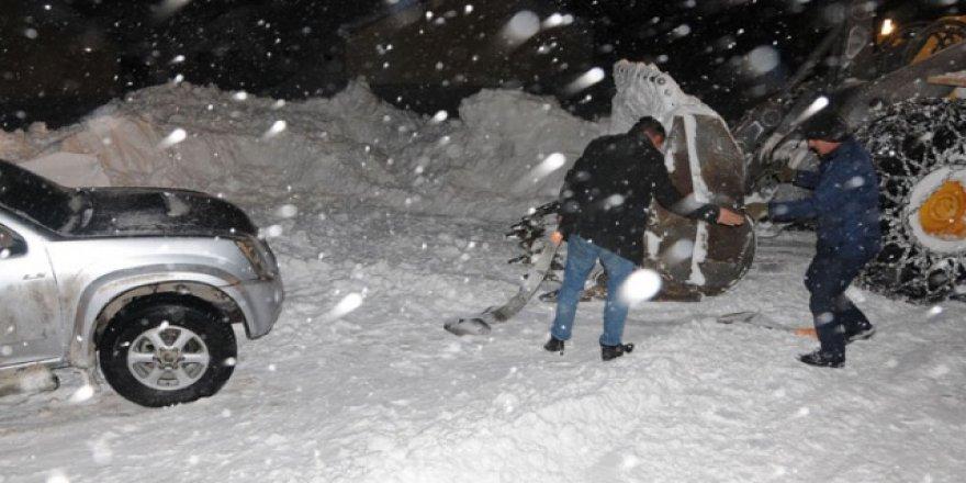 Yüksekova'da kar ve tipide mahsur kalanlar kurtarıldı