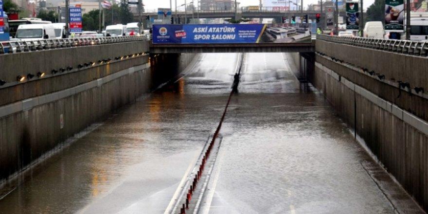 Adana'da evleri su bastı araçlar yolda kaldı