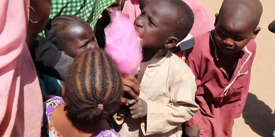 İlk kez pamuk şeker gören Afrikalı yetimler önce korktu sonra