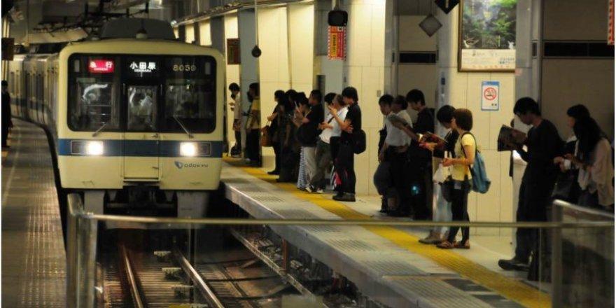 Tokyo metrosunda sıkışıklığı gidermek için yemek teklifi
