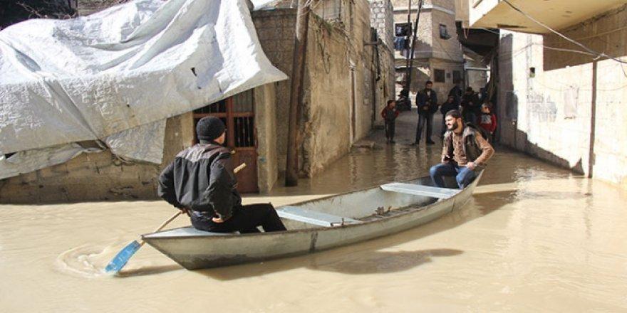 Suriye'de taşan nehirde sandal ile ulaşım