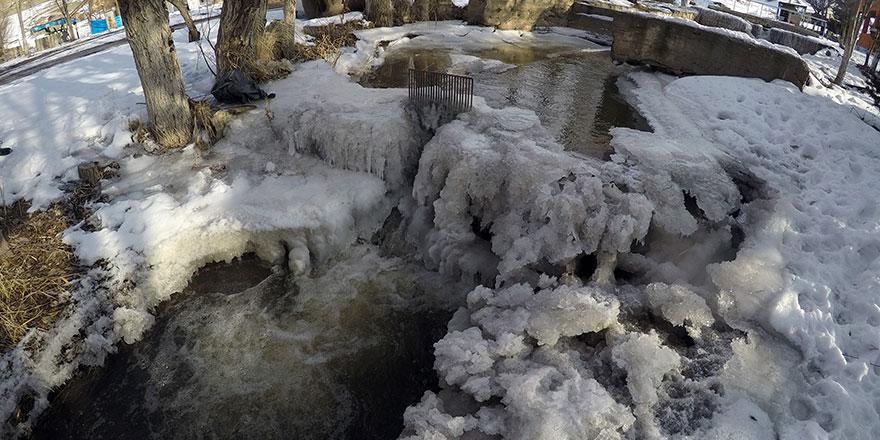 Soğuk hava ile nehir ve dereler dondu
