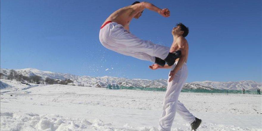 Iraklı çocuklar karda karate eğitimi alıyor