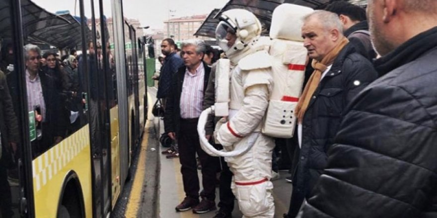 Metrobüs durağındaki astronot Yeşilay'ın reklam projesi çıktı